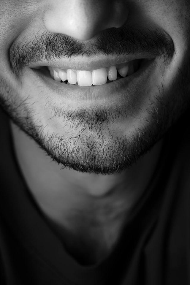 Strahlend weiße Zähne dank Munddusche